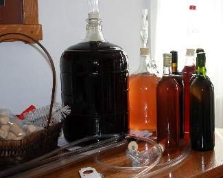 Аксессуары для вина, приготовленного в домашних условиях.
