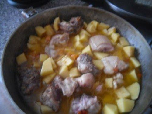 Как потушить картошку с курицей.