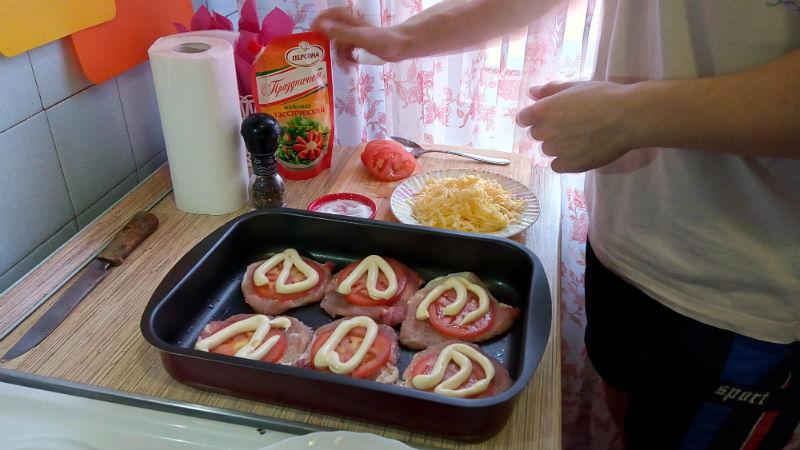 Свинина в духовке с помидорами и сыром, эскалоп из свинины