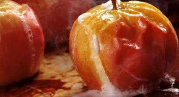 Как запечь яблоки в микроволновке, с сахаром