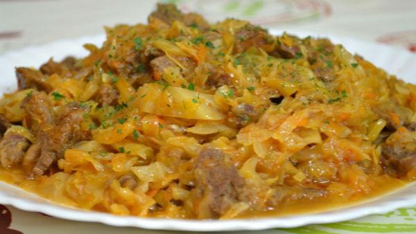 как потушить капусту с картошкой на сковороде с мясом