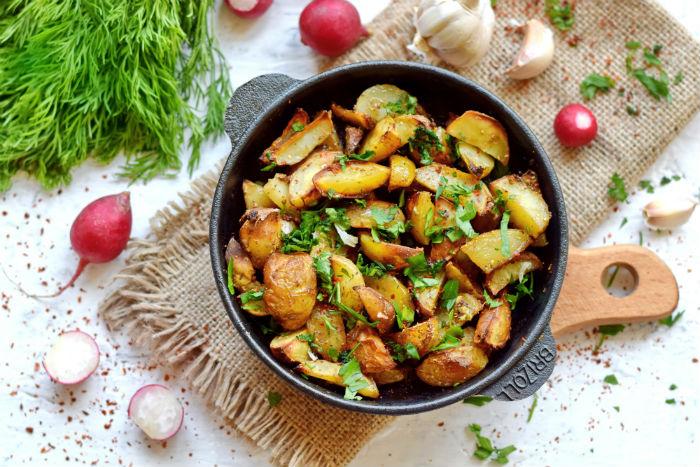 Молодая картошка в духовке по-селянски